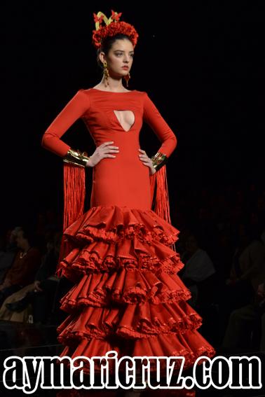 Diseño de María Ávila. En SIMOF pasó casi desapercibido. En la Feria de Sevilla se convirtió en fenómeno viral por su escote.