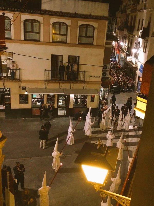 ¿Os acordais de las vallas de Semana Santa? Adivinad a cuanta distancia las pondrán cuando este señor pasee por Sevilla.
