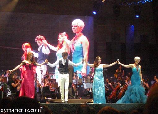 Pastora Soler, Manuel Lombo, Diana Navarro y Pasión Vega saludando al finalizar el concierto