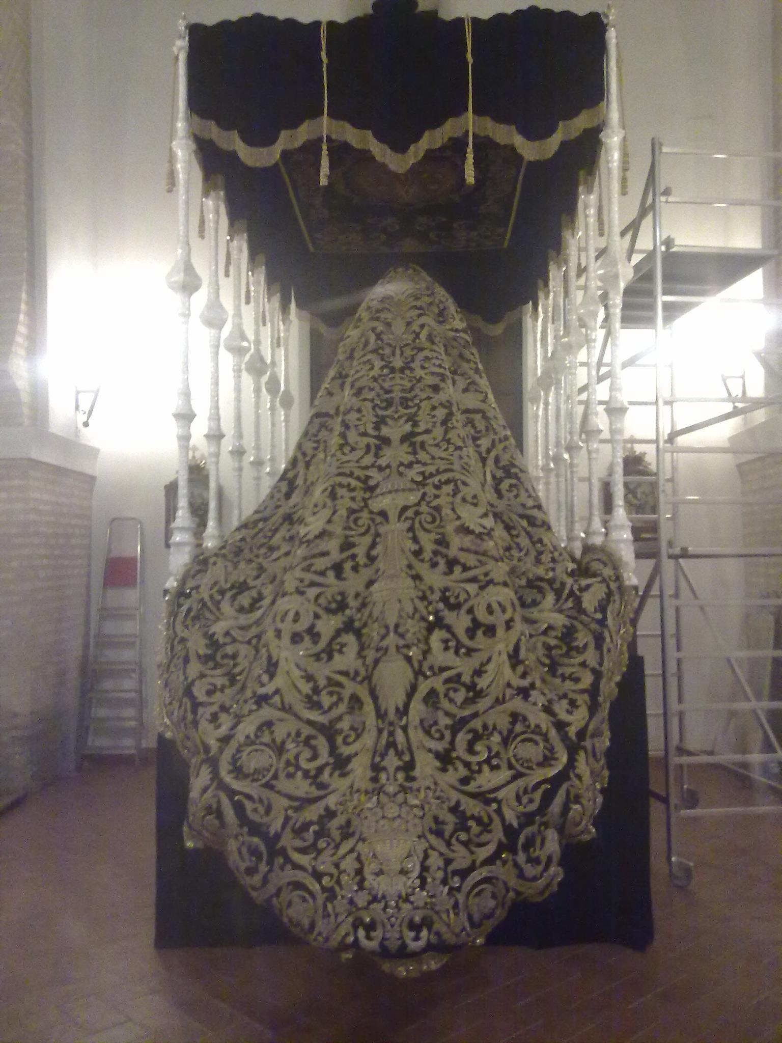 El Manto de la Esperanza de Triana ya espera a la Virgen del Castillo