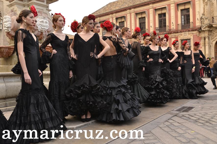 Flamencas junto a la Giralda por los 20 años de SIMOF