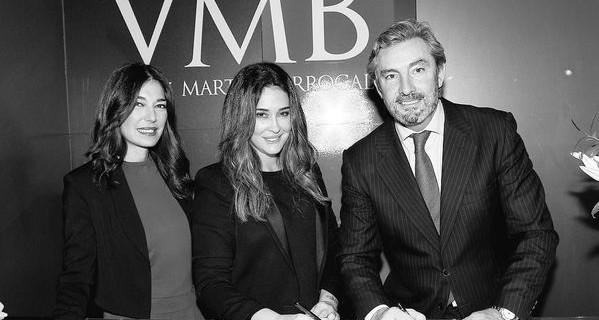 Raquel Revuelta, Vicky Martín Berrocal y Gaspar Saez (FIBES) en la firma que anunciaba ayer la vuelta de la diseñadora a SIMOF