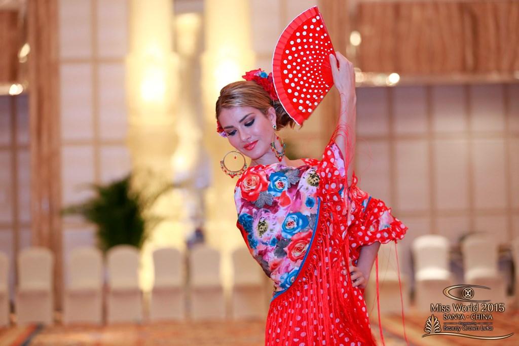Mireia Lalaguna, una Miss Mundo vestida de flamenca